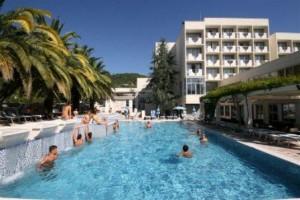 Отель в Бечичи с аквапарком и бассейнами.
